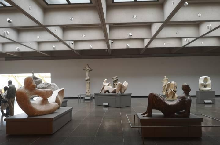 Museum mit verschiedenen Skulpturen